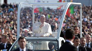 Le pape François est accueilli à Fatima au Portugal, le 12 mai 2017 (TIZIANA FABI / AFP)