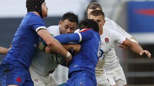 L'Anglais Billy Vunipola pris dans l'étau français représenté par Jonathan Danty et Kevin Geraci (ADRIAN DENNIS / AFP)