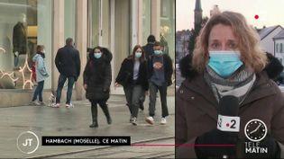 En Moselle, plus de 300 cas de variants sud-africain et brésilien duCovid-19ont été recensés ces derniers jours. Face à cette flambée épidémique, certains élus demandent unreconfinementlocal. (France 2)