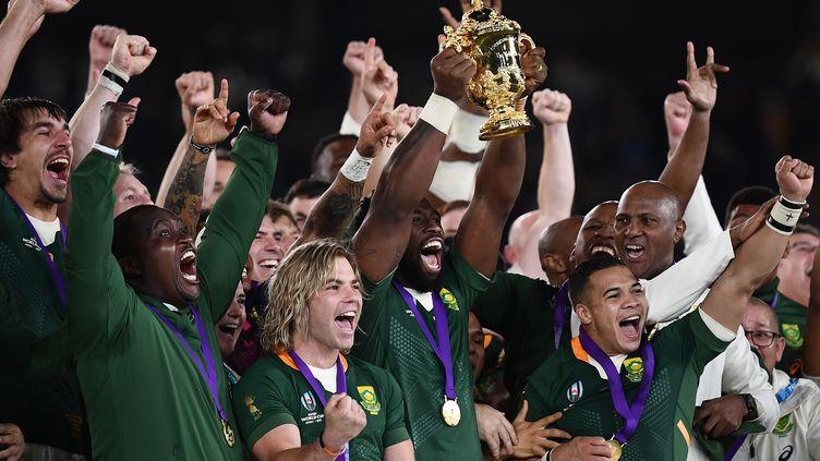 Siya Kolisi, le premier capitaine noir des Sud-Africains de l'Histoire, brandit la Coupe du monde de rugby 2019 au Japon, le 2 novembre 2019, après la victoire de Springboks face à l'Angleterre. (CHARLY TRIBALLEAU / AFP)