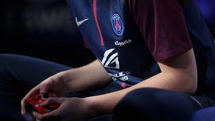 Un joueur du PSG esports sur le jeu FIFA, en 2017. (THOMAS SAMSON / AFP)