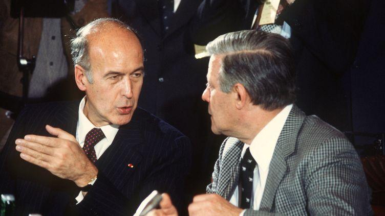 Valéry Giscard d'Estaing avec le chancelier allemand Helmut Schmidt, le 7 juillet 1978 après un sommet européen à Brême (Allemagne). (DPA)