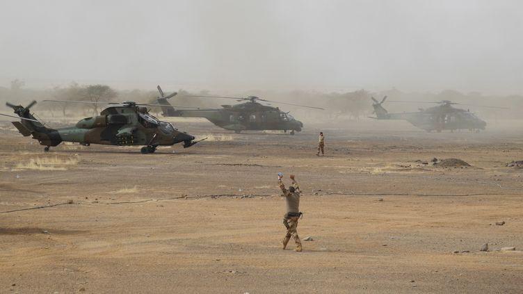 Un hélicoptère Tigre de l'armée française (à gauche), le 27 mars 2019 dans une base de la région de Gourma, au Mali. (DAPHNE BENOIT / AFP)