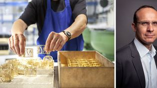 Un ouvrier dans l'usine ardéchoise (à gauche) + Eric Lefranc, le PDG du groupe Altesse auquel appartient la marque de bijoux Les Georgettes (à droite) (Altesse)