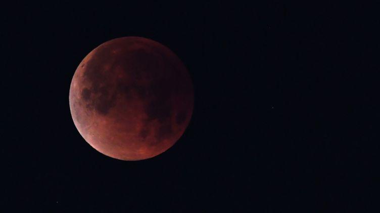 La Lune au-dessus de Los Angeles (États-Unis), le 31 janvier 2018. (ROBYN BECK / AFP)