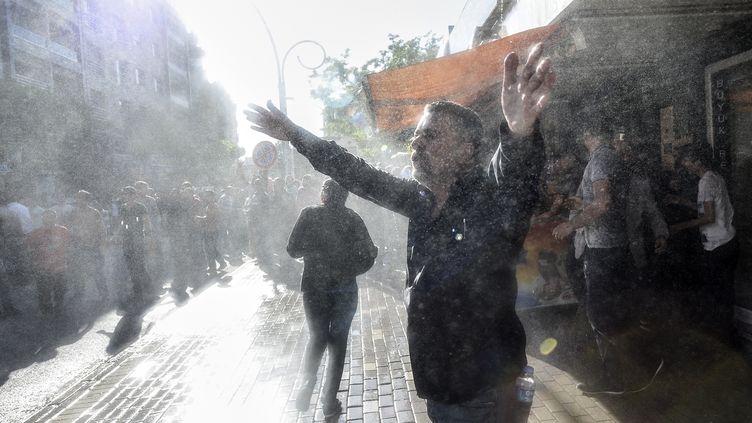 Gaz lacrymogène et canons à eau sur des manifestations à Soma (Turquie) (BULENT KILIC / AFP)