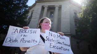 Une militante manifeste contre la peine de mort à Washington, aux Etats-Unis, le 13 juillet 2020. (CHIP SOMODEVILLA / GETTY IMAGES NORTH AMERICA VIA AFP)