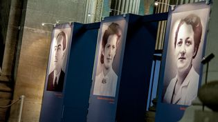 """Portraits de Pierre Brossolette, Geneviève de Gaulle-Anthonioz et Germaine Tillon affichés au Panthéon pour l'exposition """"Quatre vies en résistance"""", du 28 mai 2015 au 10 janvier 2016. (YANN KORBI / CITIZENSIDE / AFP)"""