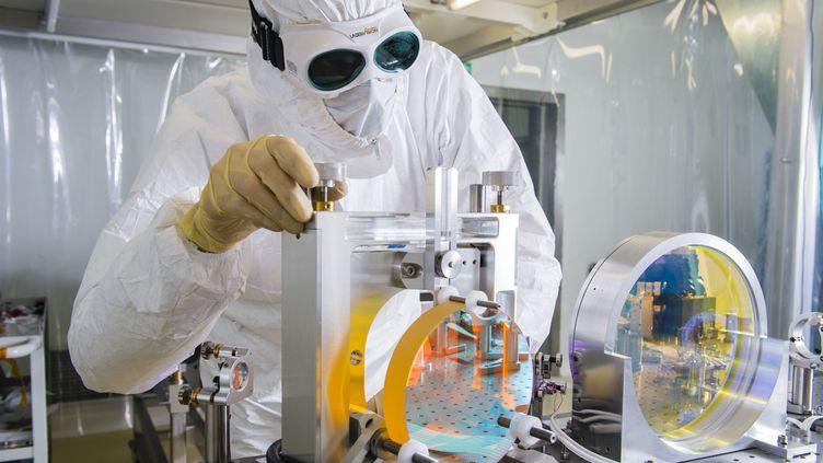 Un employé travaille sur Virgo, le projet européen de détection des ondes gravitationnelles, le 10 février 2016, à Pise (Italie). (FRESILLON CYRIL / CNRS / AFP)