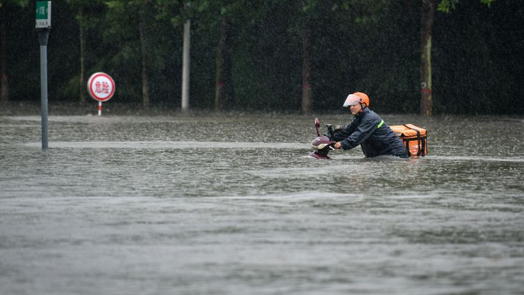 Des inondations en Chine, le 20 juillet 2021. (LI AN / XINHUA / AFP)