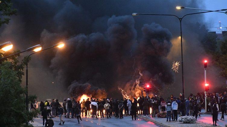 Des palettes en feu dans une rue de Malmö (Suède), le 28 août 2020. (TT NEWS AGENCY / AFP)