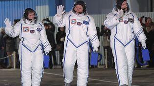 Les astronautes Peggy Whitson, Oleg Novitski et Thomas Pesquet saluent le public, avant le décollage de leur fusée Soyouz, à Baïkonour, le 17 novembre 2016. (GRIGORIY SISOEV / SPUTNIK /ADP)