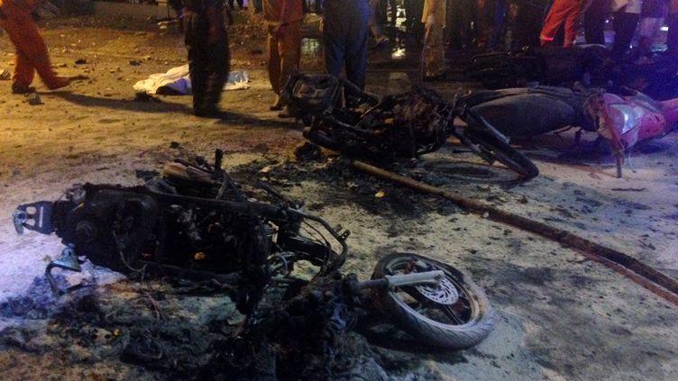 Une moto détruite par l'explosion d'une bombe dans le centre de Bangkok, lundi 17 août 2015. (AIDAN JONES / AFP)