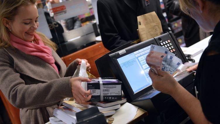 Une cliente à la caisse d'un magasin Fnac, le 27 novembre 2012 à Paris. (MIGUEL MEDINA / AFP)