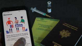L'application #Tous AntiCovid et un passeport vaccinal (pass sanitaire). (JEAN-FRANCOIS FREY / MAXPPP)