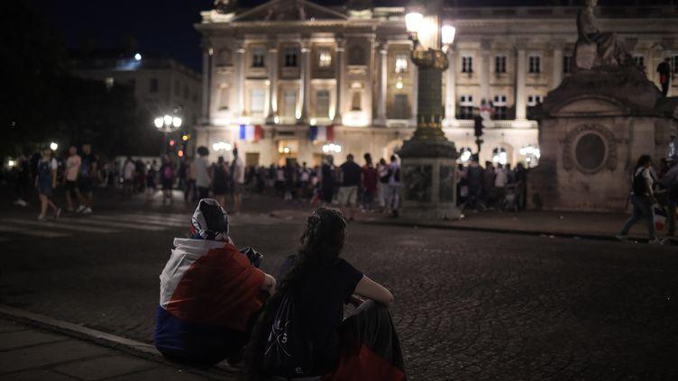 Des supporters de l'équipe de France devant l'hôtel de Crillon, le 16 juillet 2018. (LUCAS BARIOULET / AFP)