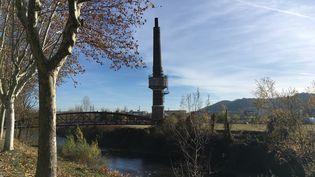 La cheminée en brique rouge est le seul vestige de la verrerie de Givors (Rhône). (FARIDA NOUAR / RADIOFRANCE)