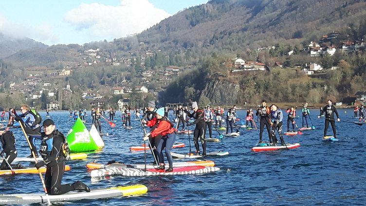Plus de 600 participants ont pris le départ de la Glagla Race sur le lac d'Annecy, dans une eau àsix degrés. (JÉRÔME VAL / RADIO FRANCE)