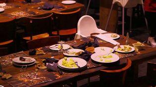 En moyenne, chaque jour, un restaurant jette à la poubelle 10% des matières premières qu'il achète. Sur l'année, cela représente 400000 tonnes de déchets alimentaires. Comment mettre fin à ce gaspillage ? Tout le monde est concerné, des grandes chaînes de restauration aux les bistrots de quartier. (France 2)