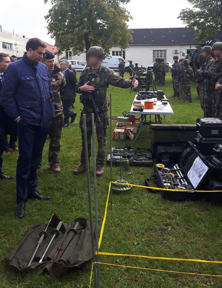 Les militaires de l'armée de Terre présentent leur matériel aux députés de la commission de la Défense de l'Assemblée nationale, mardi 19 septembre, à Versailles (Yvelines). (Franck Cognard / FRANCEINFO)