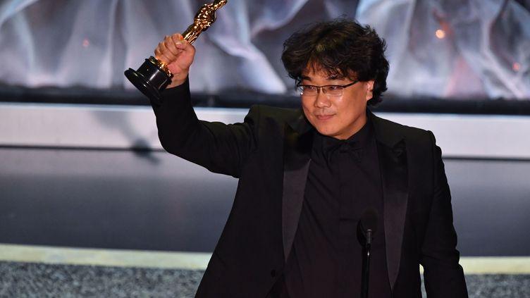 Le cinéaste sud-coréen Bong Joon-ho le 10 février 2020 à Hollywood lors de la 92e cérémonie des Oscars. (MARK RALSTON / AFP)