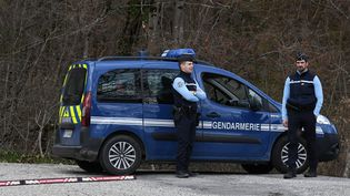 Des gendarmes arrêtésà Cruet, petite commune de Savoie, où les ossements d'Arthur Noyer ont été retrouvés en septembre 2017. (JEAN-PIERRE CLATOT / AFP)