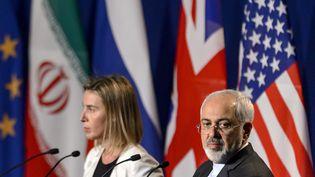 La chef de la diplomatie européenne et le ministre iranien des Affaires étrangères annoncent un accord sur le dossier du nucléaire iranien, le 2 avril 2015, à Lausanne (Suisse). (FABRICE COFFRINI / AFP)