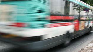 Un homme a été tué mercredi 8 août à bord d'un bus parisien, poignardé par un autre passager. Photo d'illustration. (JEAN-PIERRE MULLER / AFP)