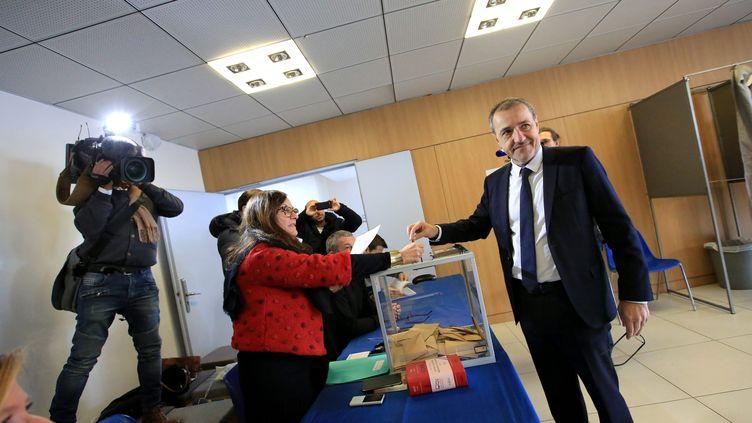 Jean-Guy Talamonivote lors du 1er tour des élections territoriales en Corse, le 3 décembre 2017, à Bastia. (C BUFFA / MAXPPP)