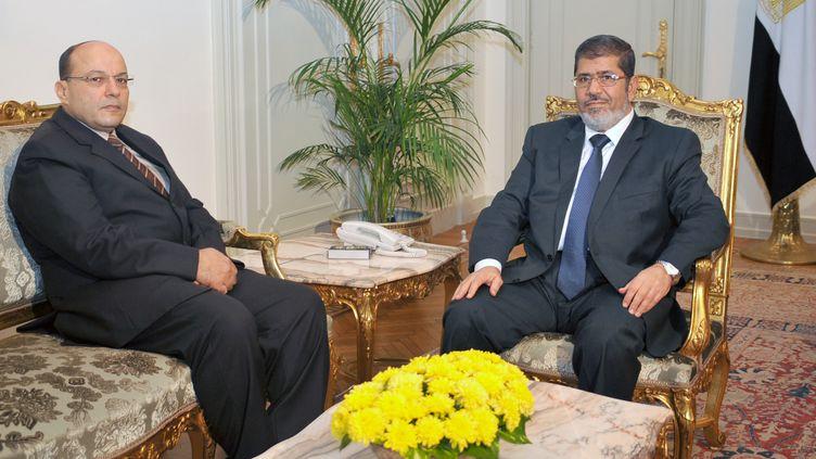 Le président égyptien islamisteMohamed Morsi (à droite) rencontre le nouveau procureur général, Talaat Ibrahim Abdallah, le 22 novembre 2012 au Caire (Egypte). (EGYPTIAN PRESIDENCY / AFP)