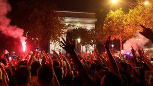 De nombreux supporters du PSG se sont rassemblés sur les Champs-Elysées pour fêter la victoire du club contre Leipzig, mardi 18 août à Paris. (BERTRAND GUAY / AFP)