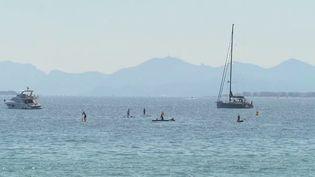 À Juan-les-Pins (Alpes-Maritimes), il a parfois fallu se faire violence pour délaisser la plage et se rendre au bureau de vote. (France 2)