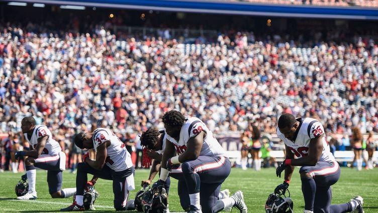 Des joueurs des Houston Texans s'agenouillent pendant l'hymne national, avant un match, le 24 septembre 2017. (BILLIE WEISS / GETTY IMAGES NORTH AMERICA / AFP)
