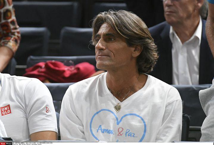 Pepe Imaz, le préparateur mental de Novak Djokovic, dans les travées de l'Accorhôtels Arena, à Paris, le 2 novembre 2016. (CHRISTOPHE SAIDI/SIPA)