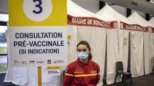 L'entrée du mégacentre de vaccination contre le Covid-19, à Bordeaux (Gironde), le 18 mai 2021. (FABIEN PALLUEAU / NURPHOTO / AFP)