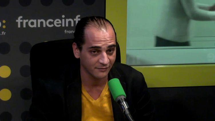Le metteur en scène libanais Omar Abi Azar était l'un des invités de L'interview J-1, mercredi 22 novembre sur franceinfo. (FRANCEINFO / RADIOFRANCE)