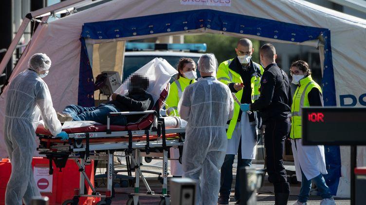 La réception des patients Covid-19 à l'entrée des urgences de l'hôpital Henri Mondor de Créteil (Val-de-Marne), le 30 mars 2020. (BERTRAND GUAY / AFP)
