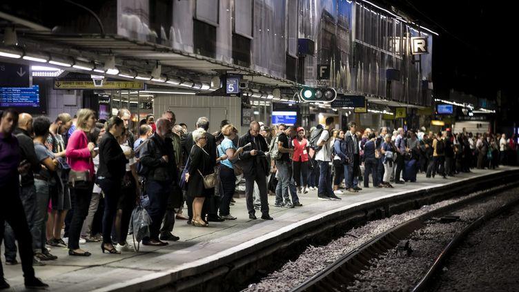 Illustration dans les transports franciliens. Des usagers patientent sur le quai du RER a l'heure d'affluence. (VINCENT ISORE / MAXPPP)
