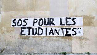 Un message inscrit par des étudiants sur un bâtiment de la Sorbonne, le 18 janvier 2021, à Paris. (FIORA GARENZI / HANS LUCAS / AFP)