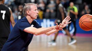 Vincent Collet, sélectionneur de l'équipe de France de basket, revient entraîner en Championnat de France pour la saison 2021-2022, aux commandes de Boulogne-Levallois, ici lors d'un match amical contre Bourg-en-Bresse, le 1er septembre 2021. (CATHERINE AULAZ / MAXPPP)