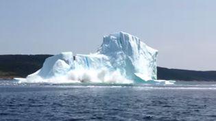 Capture d'écran d'une vidéo montrant un iceberg s'effondredans la baie des Exploits, au nord de l'île de Terre-Neuve. ( YOUTUBE / FRANCETV INFO )