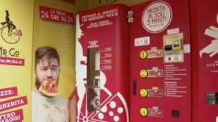 La pizza, ce monument de la culture italienne, est inscrit au patrimoine mondial de l'Unesco. Est-il compatible avec les nouvelles technologiques et le développement de notre mode de vie ? ÀRome en Italie, un entrepreneur a fait installer un distributeur de pizzas, une idée audacieuse qui fait débat. (FRANCE 2)
