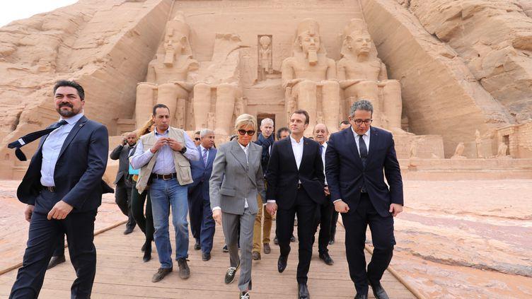 Le président français Emmanuel Macron et son épouse Brigitte, au temple d'Abou Simbel, dans le sud de l'Égypte, le 27 janvier 2019. (LUDOVIC MARIN / AFP)