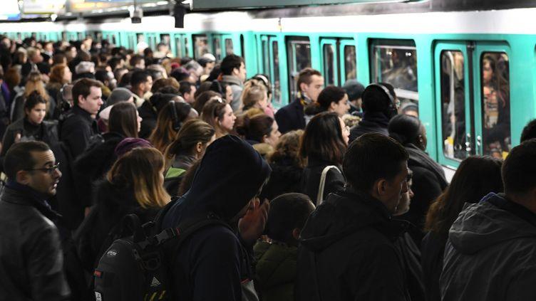 Des usagers tentent d'entrer dans le métro, à la gare Saint-Lazare à Paris, en pleine grève des transports, le 7 janvier 2020. (BERTRAND GUAY / AFP)