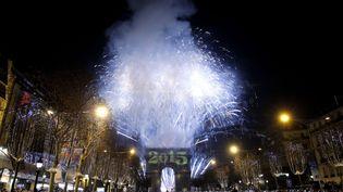 Un feu d'artifice est tiré sur l'Arc de triomphe, à Paris, le 1er janvier 2015. (CHRISTOPHE ENA/AP/SIPA)