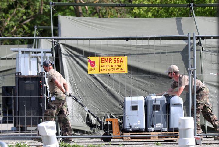 L'hôpital de campagne implanté sur le parking du centre hospitalier Emile Muller de Mulhouse(Haut-Rhin), le 8 mai 2020, en cours de démontage. (MAXPPP)
