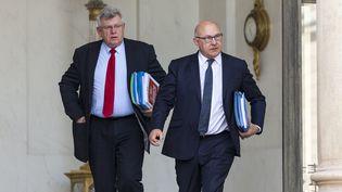 Le ministre des Finances, Michel Sapin, précède son secrétaire d'Etat au Budget, Christian Eckert, sur le perron de l'Elysée (Paris), le 15 avril 2015. (CITIZENSIDE / AURELIEN MORISSARD / AFP)