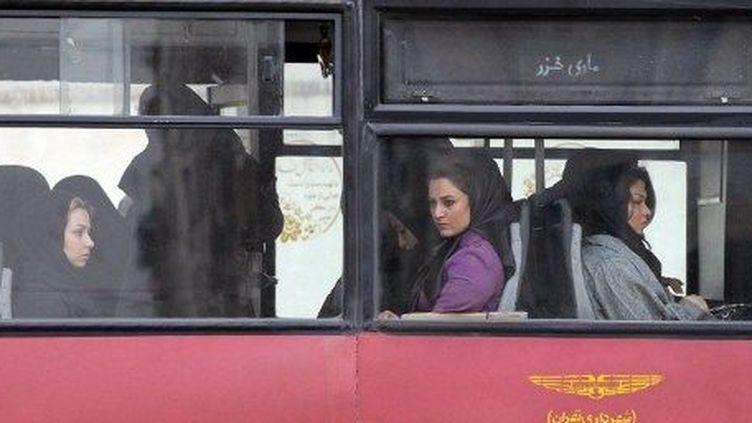 Des femmes dans un bus à Téhéran, le 25 février 2012. (AFP/ATTA KENARE)