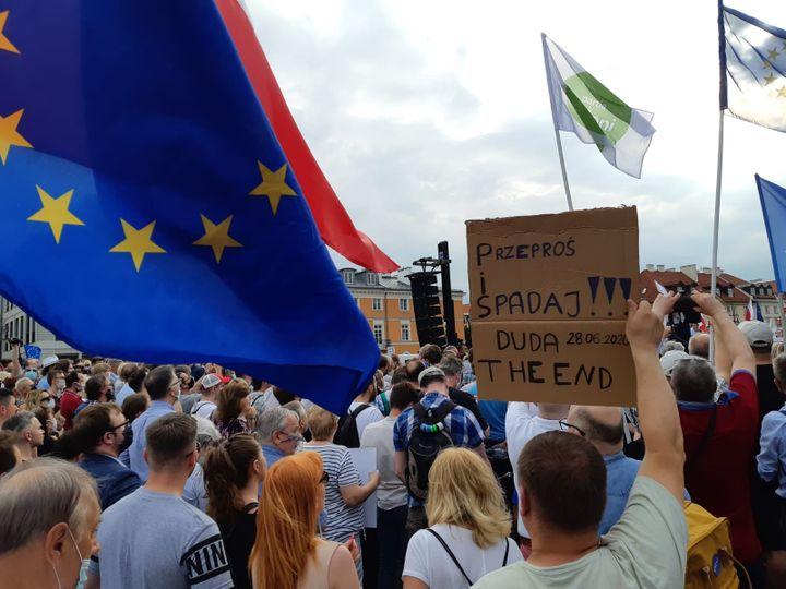 """Duda, la fin"", peut-on lire sur une pancarte de manifestants pro-Rafał Trzaskowski à Varsovie. (LUDOVIC PIEDTENU / RADIO FRANCE)"