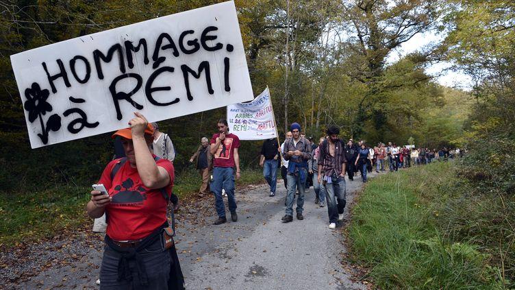 Une femme porte une pancarte, le 25 octobre 2015, en hommage au militant Rémi Fraisse, mort à Sivens (Tarn) lors d'un affrontement avec les forces de l'ordre. (REMY GABALDA / AFP)